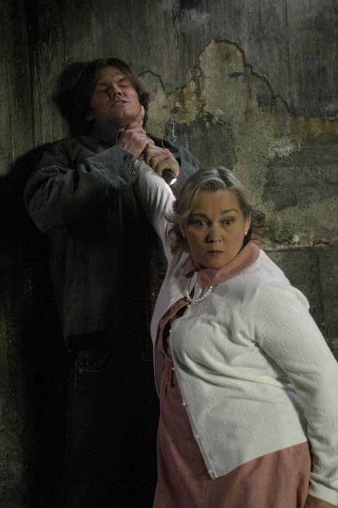 Während der Untersuchung der geheimnisvollen Mordserie, machen Dean und Sam (Jared Padalecki, l.) Bekanntschaft mit Marge (Merrilyn Gann, r.)  - und... - Bildquelle: Warner Bros. Television