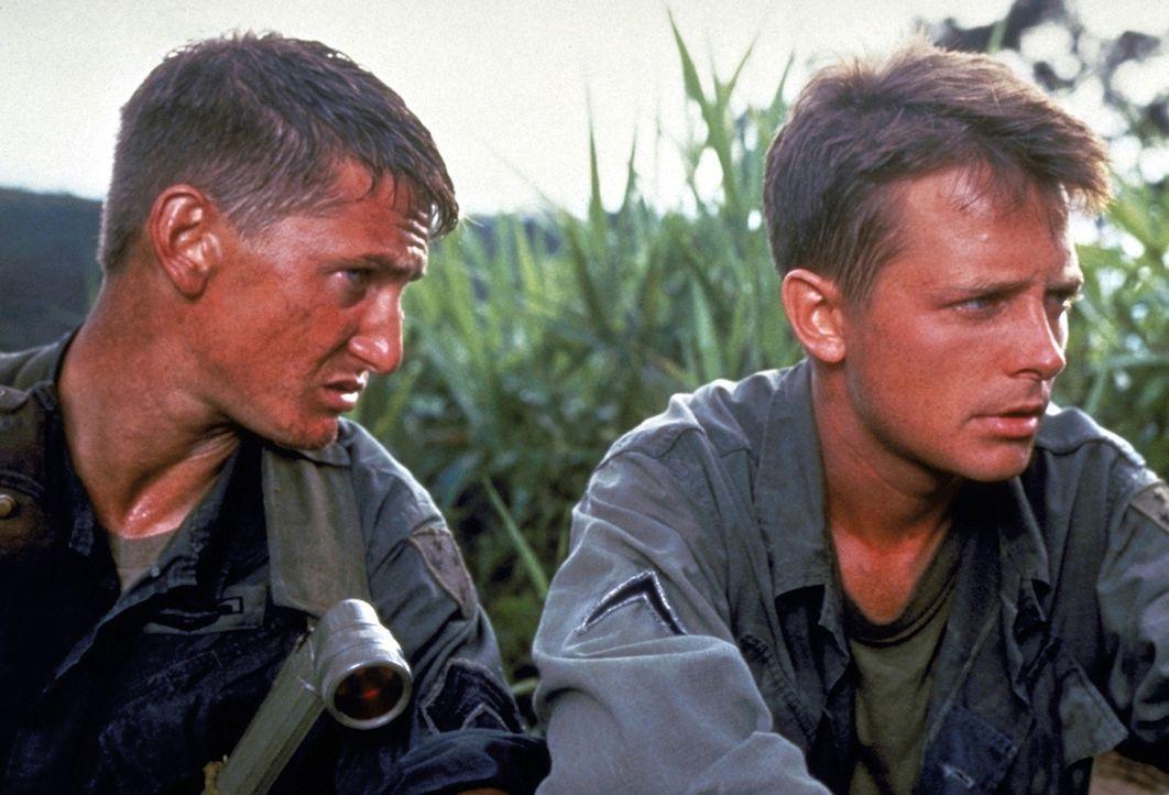 Der unerfahrene Soldat Erikson (Michael J. Fox, r.) muss sich den Befehlen des abgebrühten Sergeants Meserve (Sean Penn, l.) fügen ... - Bildquelle: Columbia Pictures