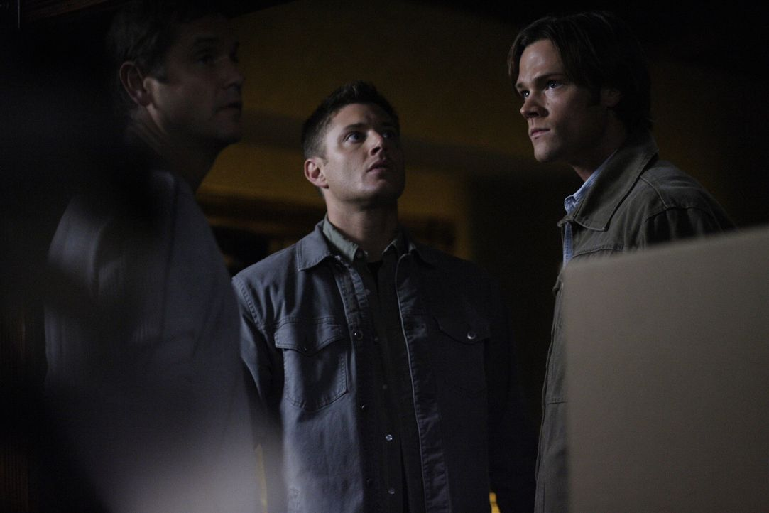 Stehen vor einem mysteriösen Rätsel: Brian (David Newsom, l.), Dean (Jensen Ackles, M.) und Sam (Jared Padalecki, r.) ... - Bildquelle: Warner Brothers