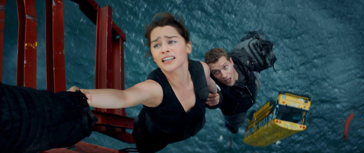 Mit letzter Kraft hält sich Sarah (Emilia Clarke, l.) fest. Schaffen es sie und Kyle (Jai Courtney, r.), die Zukunft zu verändern? - Bildquelle: 2015 PARAMOUNT PICTURES. ALL RIGHTS RESERVED.
