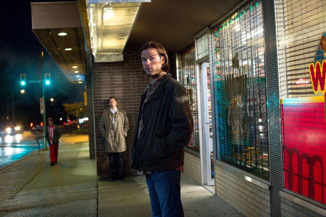Während Castiel (Misha Collins, M.) und Sam (Jared Padalecki, r.) versuchen, Claire vor sich selber zu schützen, hat Dean mit Albträumen und ständig... - Bildquelle: 2016 Warner Brothers
