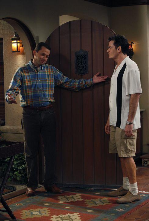 Charlie (Charlie Sheen, r.) versucht, es Alan (Jon Cryer, l.)  im Haus so ungemütlich wie möglich zu machen, damit er zu Lyndsey zieht - doch diese... - Bildquelle: Warner Brothers Entertainment Inc.