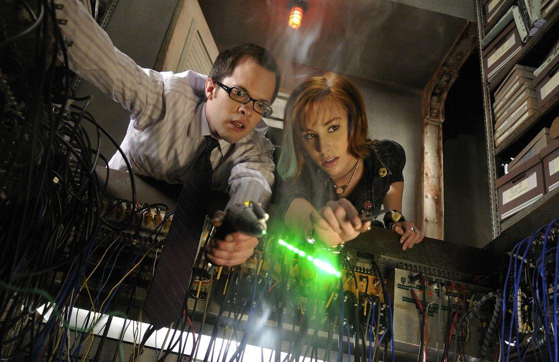 Douglas Fargo (Neil Grayston, l.), der Leiter von Global Dynamics, soll das Computersystem des Warehouse verbessern. Zwischen ihm und Claudia (Allis... - Bildquelle: Steve Wilkie SCI FI Channel
