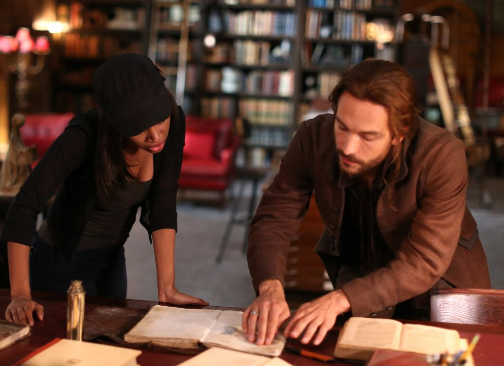 Noch ahnen Abbie (Nicole Beharie, l.) und Ichabod (Tom Mison, r.) nicht, dass sie in ihrer Zentrale nicht länger unbeobachtet sind ... - Bildquelle: 2014 Fox and its related entities. All rights reserved