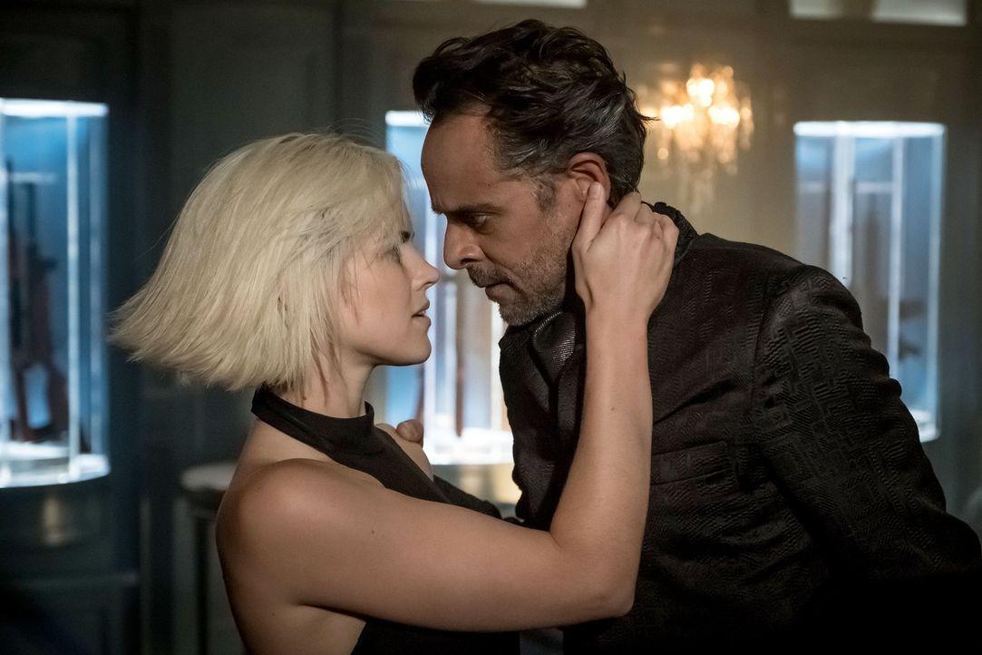 Eine gefährliche Allianz: Barbara (Erin Richards, l.) und Ra's al Ghul (Alexander Siddig, r.) ... - Bildquelle: 2017 Warner Bros.