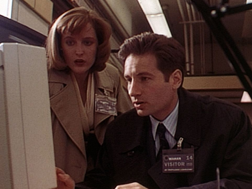 Bei ihren Ermittlungen stoßen Scully (Gillian Anderson, l.) und Mulder (David Duchovny, r.) auf die Computerdateien eines vor sechs Monaten verstorb... - Bildquelle: TM +   Twentieth Century Fox Film Corporation. All Rights Reserved.