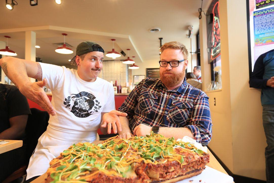"""Im """"Pie-Sci"""" in Detroit versucht sich Josh (r.) an einer """"Pizzagne"""".  Koch Jeremy (l.) ist gespannt auf sein Urteil ... - Bildquelle: 2017,Television Food Network, G.P. All Rights Reserved."""