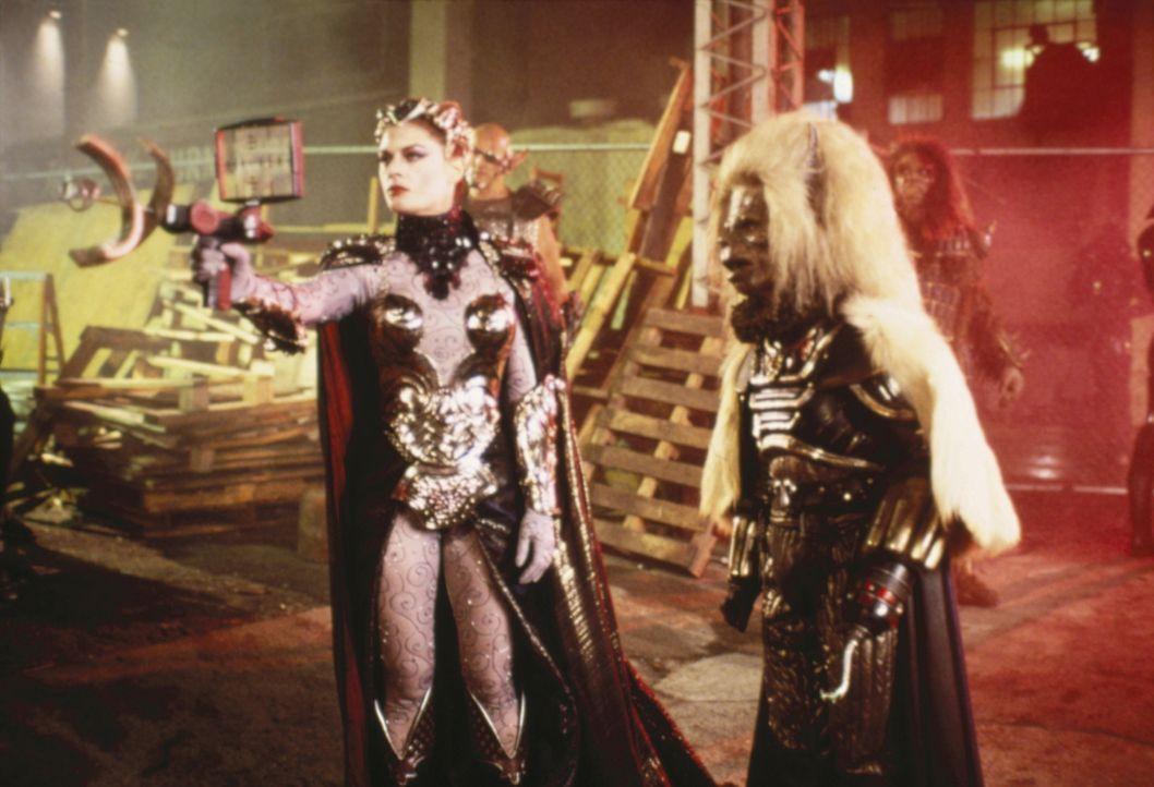 Als Skeletor den fehlenden kosmischen Schlüssel auf der Erde anpeilt, schickt er die böse Evil-Lin (Meg Foster, l.) zusammen mit Blade (Anthony DeLo... - Bildquelle: CANNON FILMS INC. AND CANNON INTERNATIONAL B. V