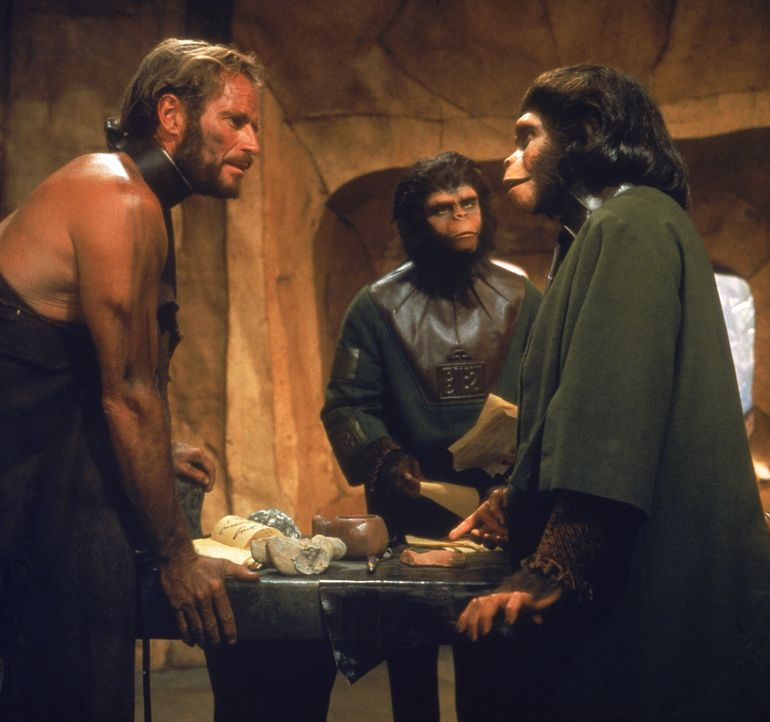 Nach einiger Zeit kann Taylor (Charlton Heston, l.), das Vertrauen von Dr. Zira (Kim Hunter, r.) und Dr. Cornelius (Roddy McDowell, M.) gewinnen und... - Bildquelle: 1967 Twentieth Century Fox Film Corporation and Apjac Productions, Inc.  Renewed 1995 Twentieth Century Fox Film Corporation.  All rights reserved.