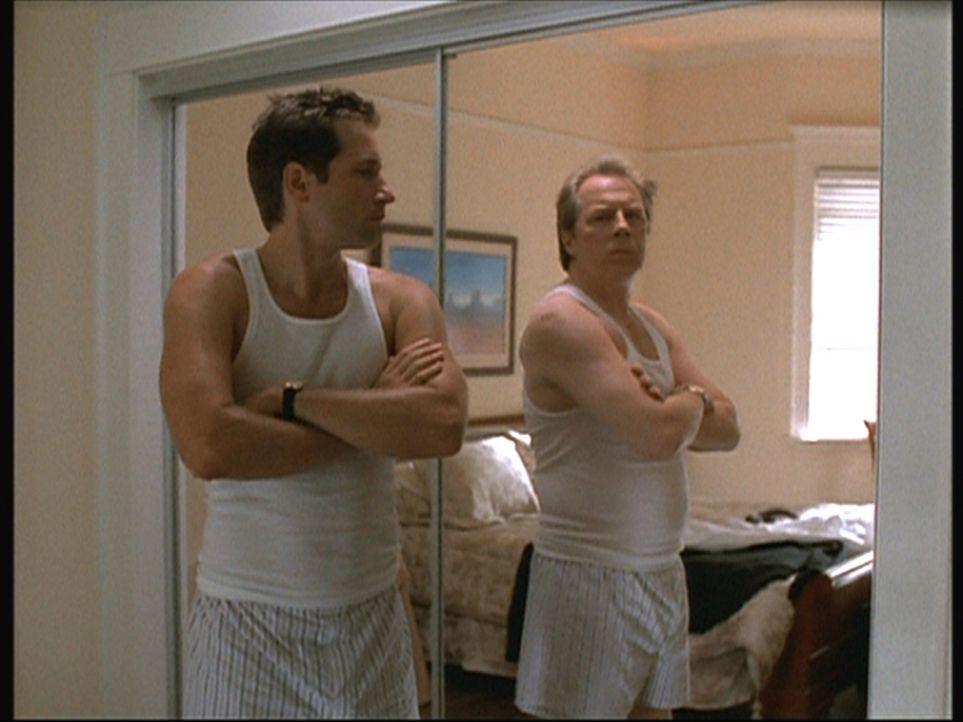 Mulder (David Duchovny, l.) muss anhand seines Spiegelbildes feststellen, dass er die Identität von Morris Fletcher (Michael McKean, r.) angenommen... - Bildquelle: TM +   2000 Twentieth Century Fox Film Corporation. All Rights Reserved.
