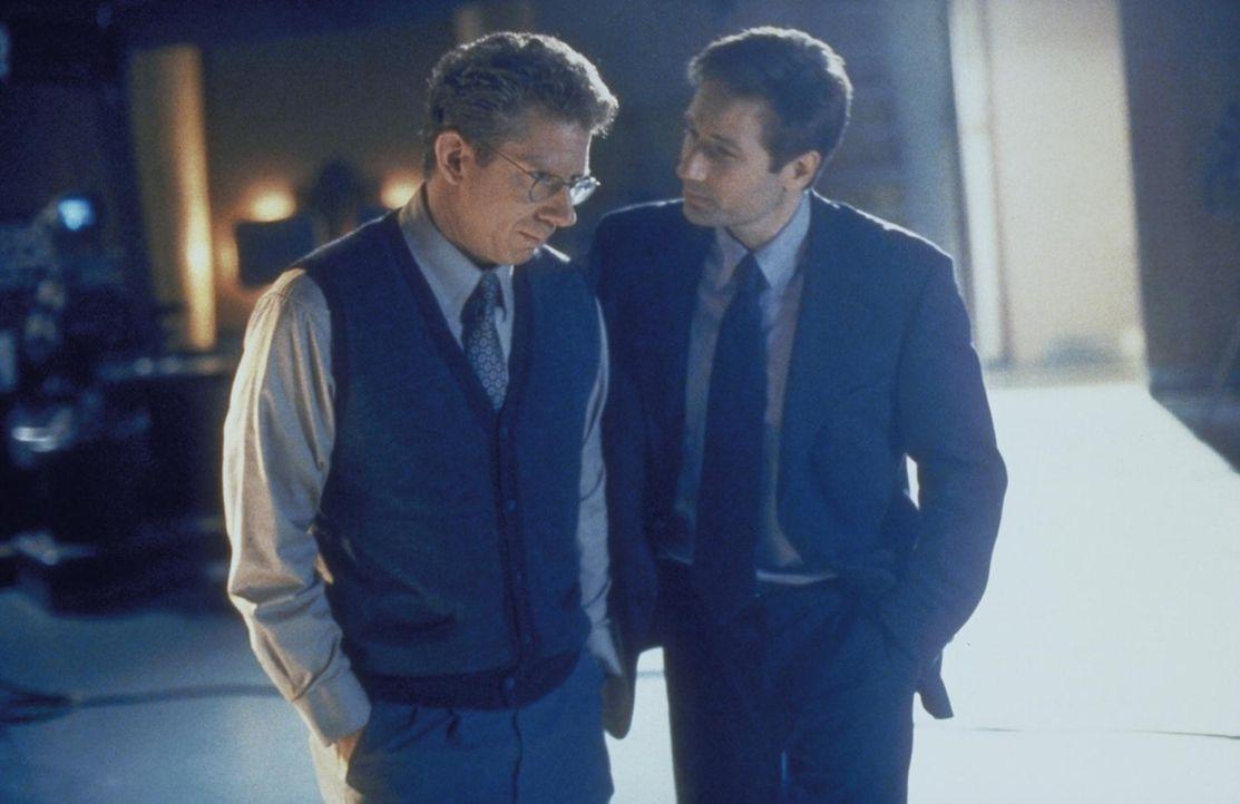 Mulder (David Duchovny, r.) versucht, Holman Hardt (David Manis, l.) zu überreden, seiner Jugendliebe Sheila endlich seine Liebe zu gestehen. - Bildquelle: TM +   2000 Twentieth Century Fox Film Corporation. All Rights Reserved.