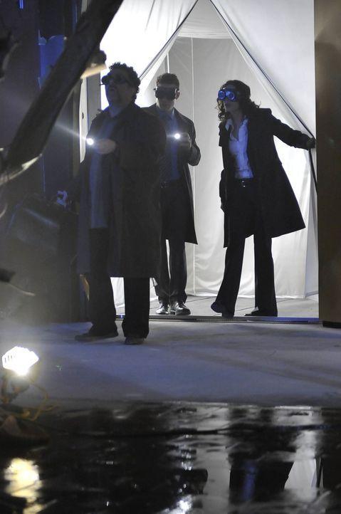 Artie (Saul Rubinek, l.) und seine beiden Warehouse-Agenten Pete (Eddie McClintock, M.) und Myka (Joanne Kelly, r.) sind davon überzeugt, dass das S... - Bildquelle: Philippe Bosse SCI FI Channel