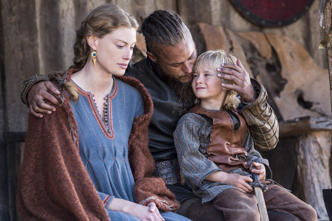 Eine glückliche Familie? Ragnar (Travis Fimmel, M.), Aslaug (Alyssa Sutherland, l.) und Ubbe (Cormac Melia, r.) ... - Bildquelle: 2014 TM TELEVISION PRODUCTIONS LIMITED/T5 VIKINGS PRODUCTIONS INC. ALL RIGHTS RESERVED.