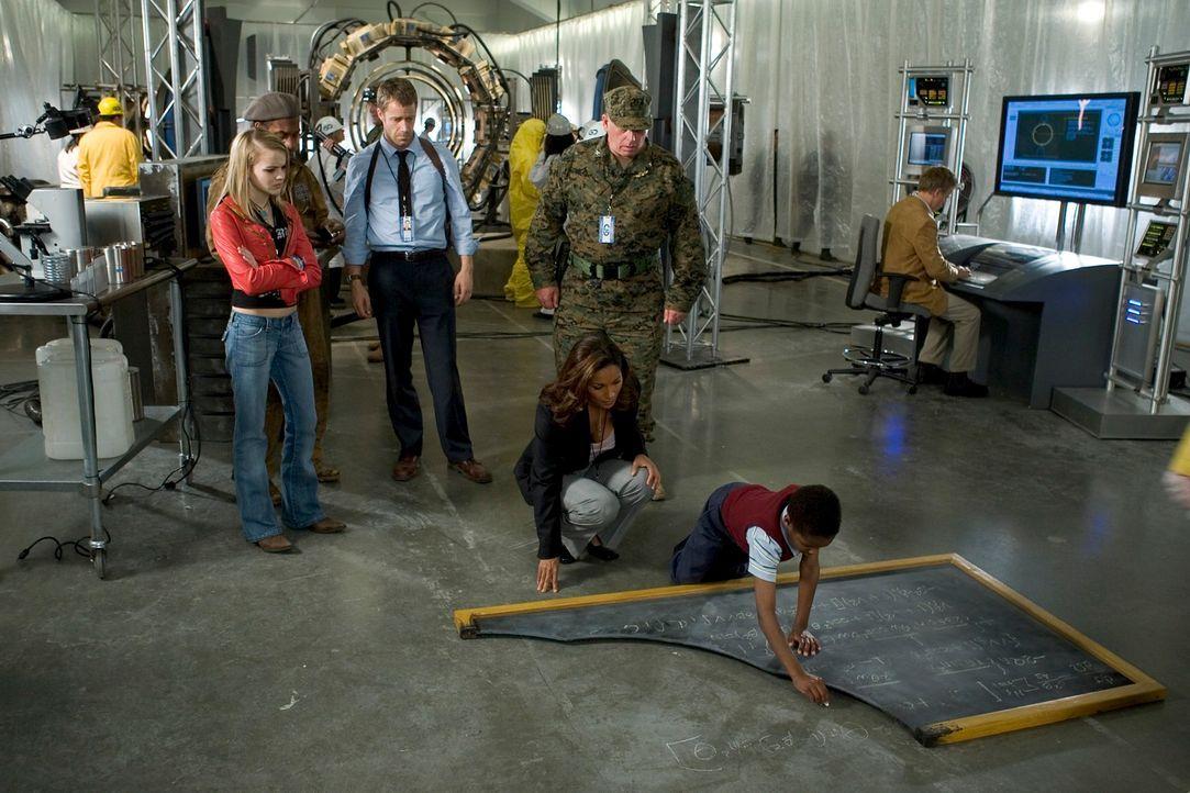 Durch Zufall landen Jack Carter (Colin Ferguson, 3.v.l.) und seine Tochter Zoe (Jordan Hinson, l.) in Eureka. Dort lernen sie Allison Blake (Salli R... - Bildquelle: Universal Television