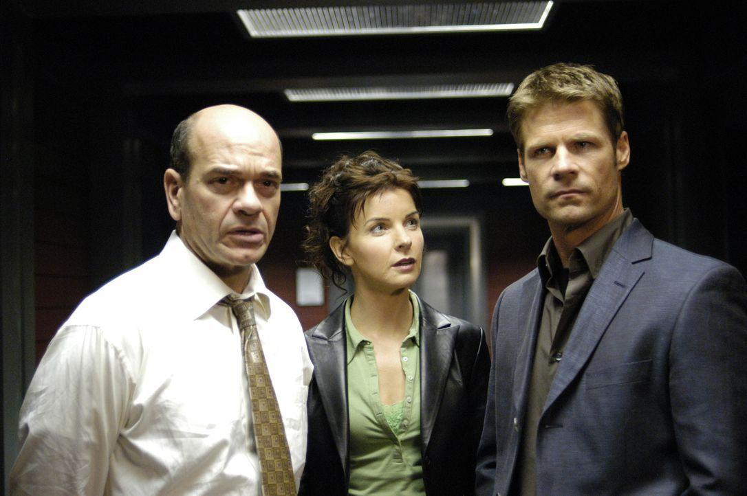 Tom (Joel Gretsch, r.) und Diana (Jacqueline McKenzie, M.) untersuchen den Fall von Trent Appelbaum (Robert Picardo, l.), einem Rückkehrer der in de... - Bildquelle: Viacom Productions Inc.