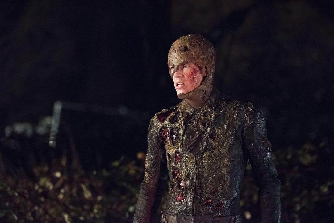 Barry alias The Flash (Grant Gustin) ist entsetzt, als Joe ihm zeigt, was er und Cisco in Barrys Elternhaus entdeckt haben ... - Bildquelle: Warner Brothers.