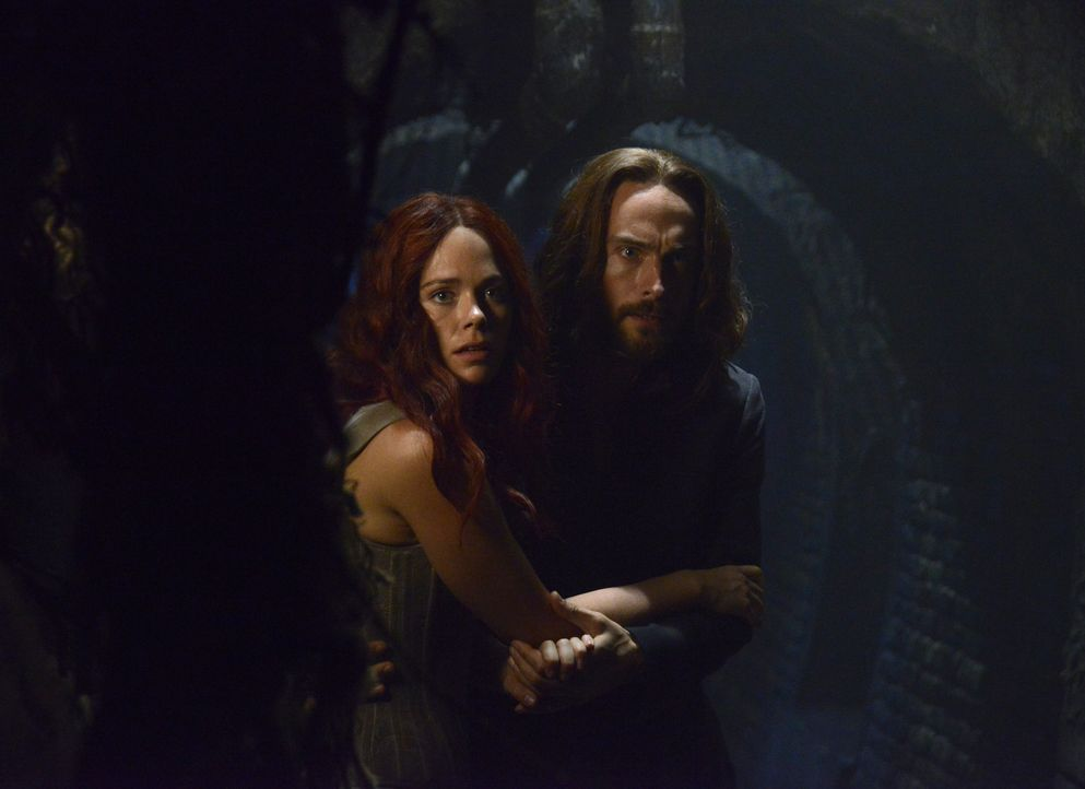 Während Katrina (Katia Winter, l.) die Zeit davon läuft, versucht Ichabod (Tom Mison, r.) verzweifelt, sie zu retten ... - Bildquelle: 2014 Fox and its related entities. All rights reserved