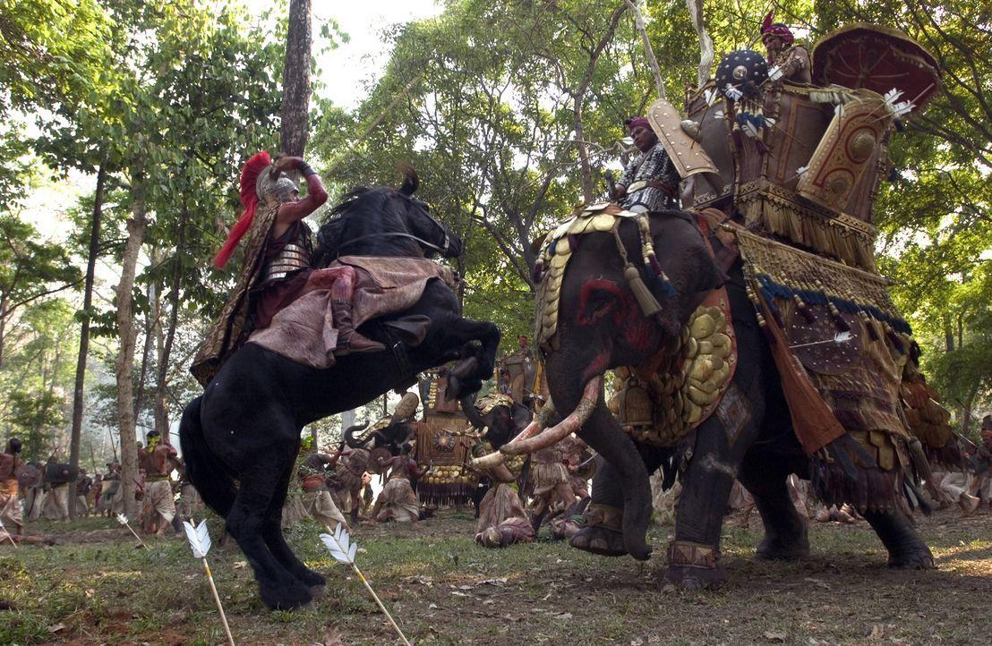 Auf seinem Eroberungszug durch Indien, muss sich Alexander der Große (Colin Farrell, r.) gegen den Indischen König (Bin Bunluerit, r.) behaupten. - Bildquelle: Constantin Film