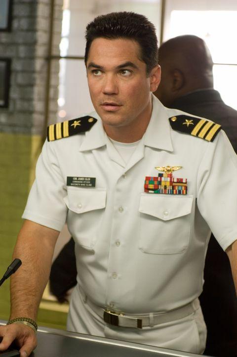 Commander James Slan (Dean Cain) lässt nichts unversucht, um eine Notlandung des Flugzeugs zu verhindern. Denn dann würde offensichtlich, dass das U... - Bildquelle: Columbia Broadcasting System