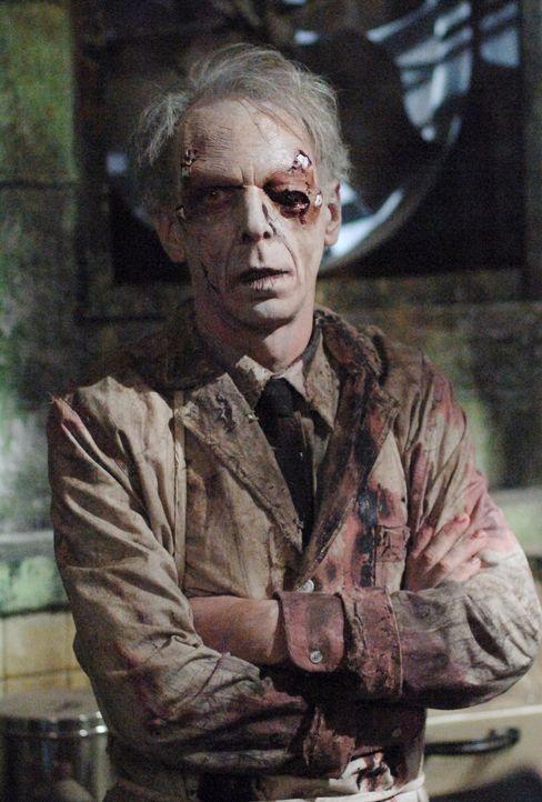 Sam und Dean machen in einem ehemaligen Sanatorium Bekanntschaft mit Dr. Ellicott (Norman Armour) ... - Bildquelle: Warner Bros. Television