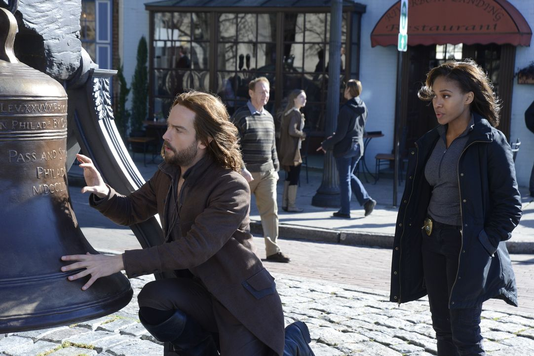 Werden Ichabod (Tom Mison, l.) und Abbie (Nicole Beharie, r.) rechtzeitig erkennen, welche wichtige Rolle die Freiheitsglocke in ihrem neusten Fall... - Bildquelle: 2014 Fox and its related entities. All rights reserved