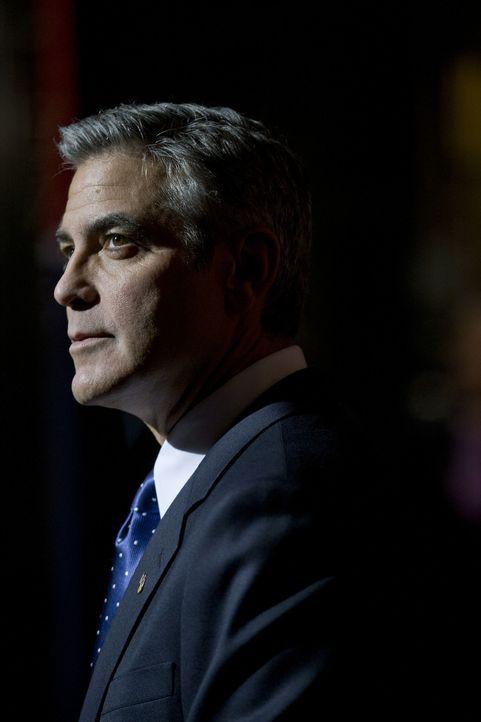 Niemand ahnt, dass der demokratische Präsidentschaftskandidat und Gouverneur Mike Morris (George Clooney), der seit elf Jahren eine Vorzeigeehe mit... - Bildquelle: Saeed Adyani 2011 IDES FILM HOLDINGS, LLC. ALL RIGHTS RESERVED.