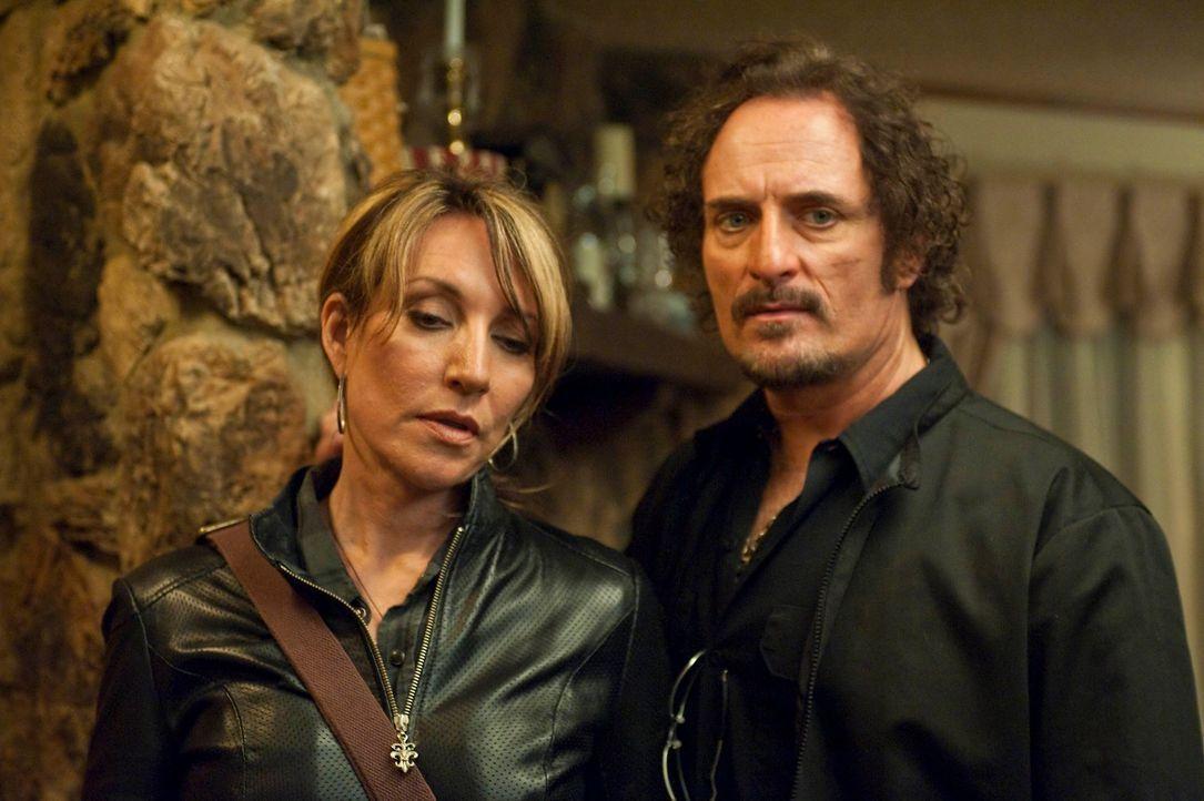 Nachdem Gemma (Katey Sagal, l.) Polly Zobelle erschossen hat, muss sie sich in einem Motel, wo sie von Tig (Kim Coates, r.) beschützt wird, versteck... - Bildquelle: 2010 FX Networks, LLC. All rights reserved.