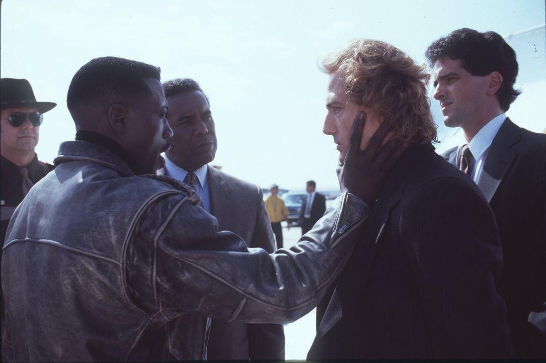 Endlich gelingt es John Cutter (Wesley Snipes, l.), den skrupellosen Terroristen Charles Rane (Bruce Payne, 2.v.r.) gefangen zu nehmen. Doch da die... - Bildquelle: Warner Bros.
