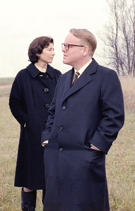 Mit seiner Kindheits-Freundin Nelle Harper Lee (Catherine Keener, l.) begibt sich Truman Capote (Philip Seymour Hoffman, r.) auf die Jagd nach einer... - Bildquelle: 2005 United Artists Films Inc. and Columbia Pictures Industries, Inc. All Rights Reserved.