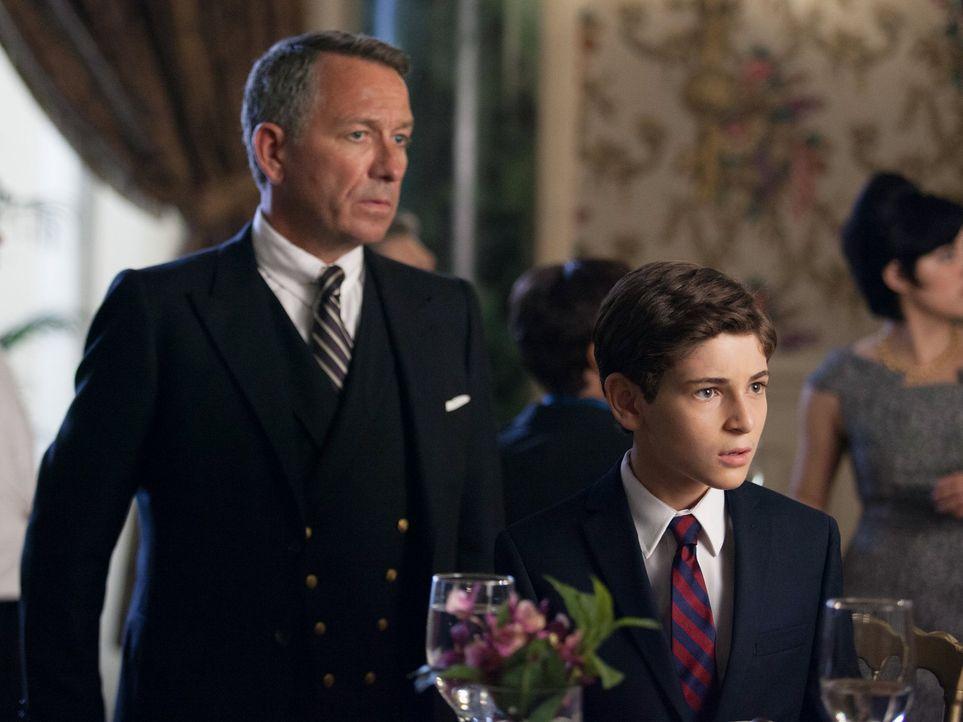 Alfred Pennyworth (Sean Pertwee, l.) macht sich Sorgen um Bruce (David Mazouz, r.), der versucht Sinn in die gesamten Probleme der Stadt zu bekommen... - Bildquelle: Warner Bros. Entertainment, Inc.