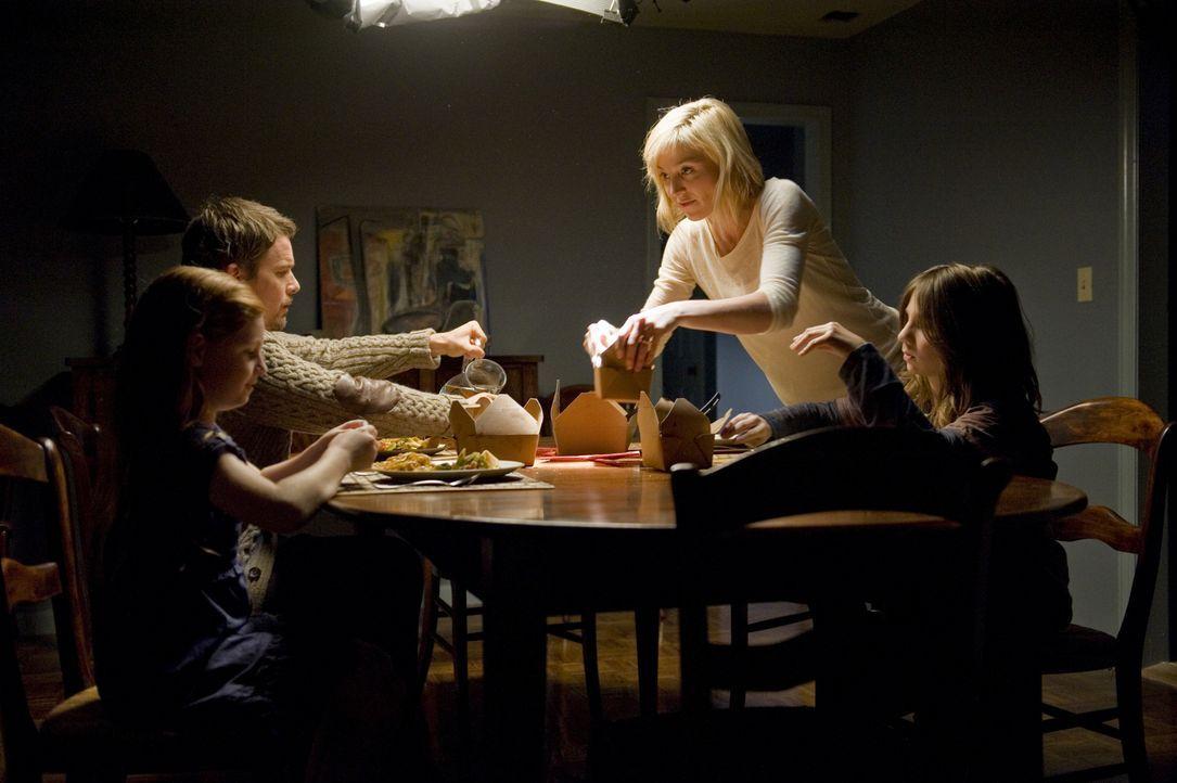 Während Ellison (Ethan Hawke, 2.v.l.) weiter versucht, an den Erfolg, seines ersten Buches anzuknüpfen, arrangieren sich Tracy (Juliet Rylance, 2.v.... - Bildquelle: Phillip Caruso 2011 GAME CHANGE