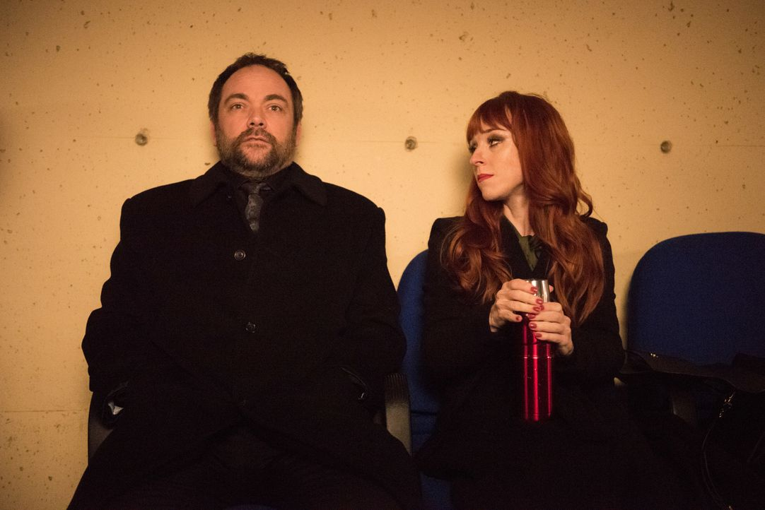 Crowley (Mark Sheppard, l.); Rowena (Ruth Connell, r.) - Bildquelle: Dean Buscher 2016 The CW Network, LLC. All Rights Reserved / Dean Buscher