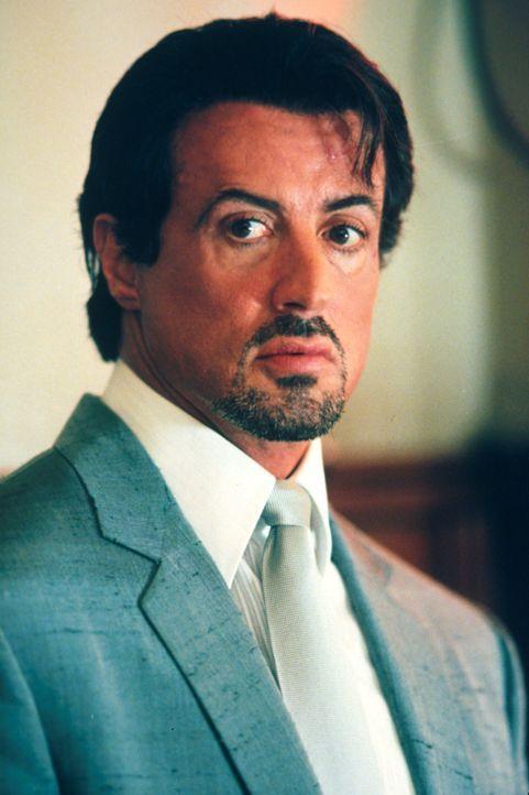 Er fragt nicht lange bevor er handelt: Jack Carter (Sylvester Stallone) sucht den Mörder seines Bruders. - Bildquelle: Warner Bros.