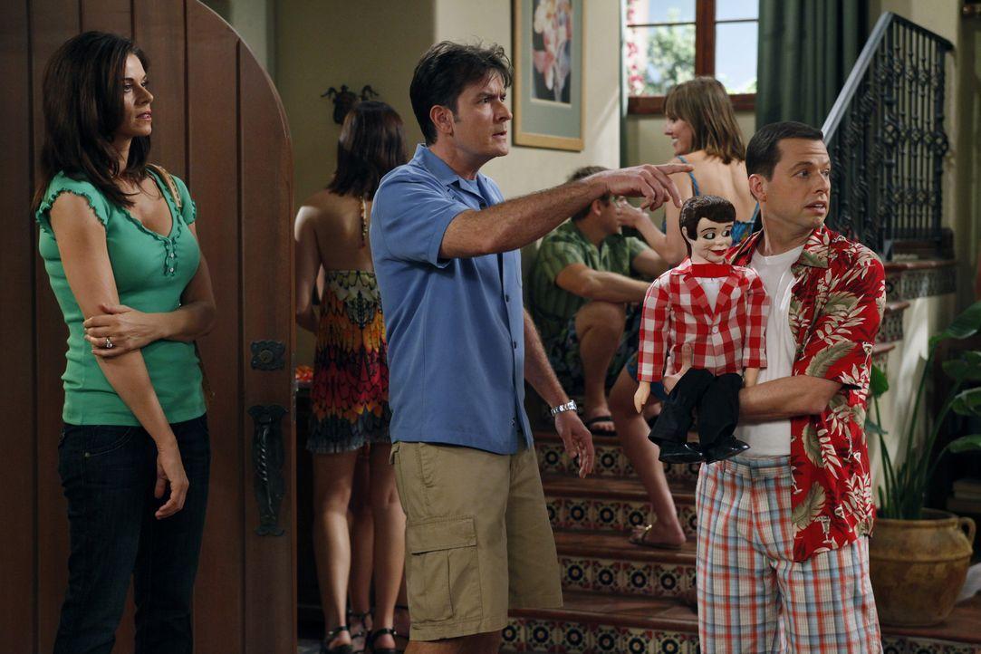 Charlie (Charlie Sheen, M.) platz der Kragen, als Alan (Jon Cryer, r.) gemeinsam mit seiner Freundin eine nicht angekündigte Party im Haus feiert. C... - Bildquelle: Warner Bros. Television