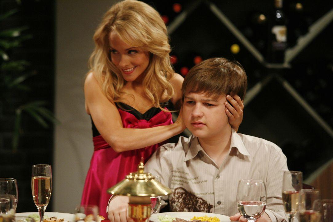 Melissa (Kelly Stables, l.) versucht alles, damit die Party für Alan ein Spaß wird, doch nach einer Zeit zieht sich Jake (Angus T. Jones, r.) auf di... - Bildquelle: Warner Brothers Entertainment Inc.