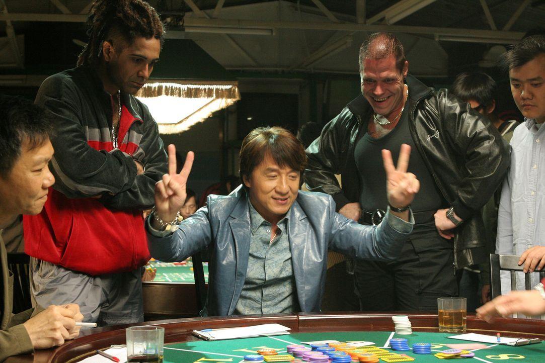 Da der Einbrecher Thongs (Jackie Chan, M.) seine Beute-Einkünfte regelmäßig beim Glücksspiel verprasst und sein Kompagnon Octopus seine Moneten für...