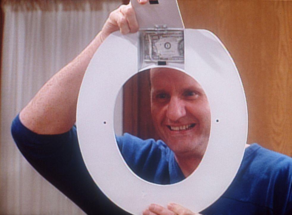 Al (Ed O'Neill) hat den Durchblick. In seinem besten Stück hat er das Geld sicher aufbewahrt. - Bildquelle: Sony Pictures Television International. All Rights Reserved.