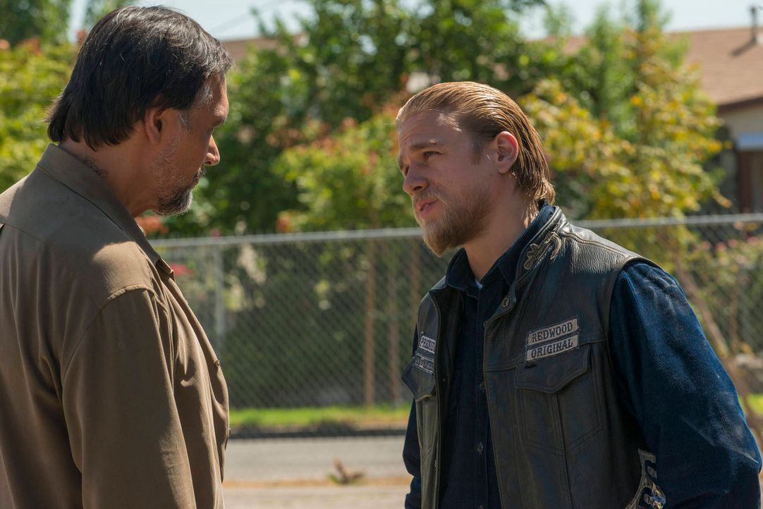Nero (Jimmy Smits, l.) beweist seine Loyalität den Sons gegenüber, als Jax (Charlie Hunnam, r.) plötzlich verschwindet ... - Bildquelle: 2012 Twentieth Century Fox Film Corporation and Bluebush Productions, LLC. All rights reserved.