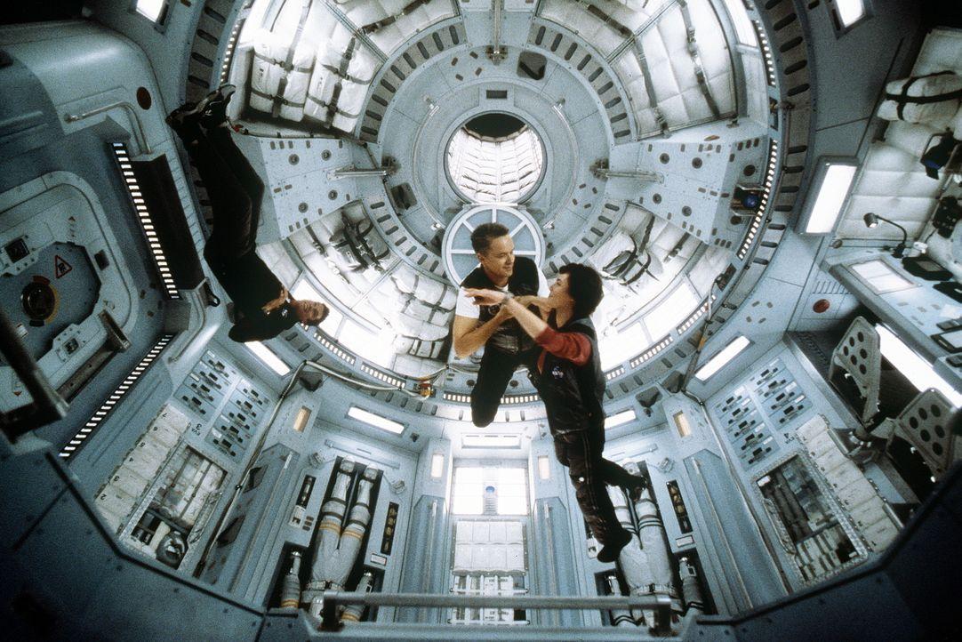 Von dem Reiz der Schwerelosigkeit lassen sich Commander Woody Blake (Tim Robbins) und seine Frau Terri (Connie Nielsen, M.) zu einem Tänzchen verfüh... - Bildquelle: Touchstone Pictures