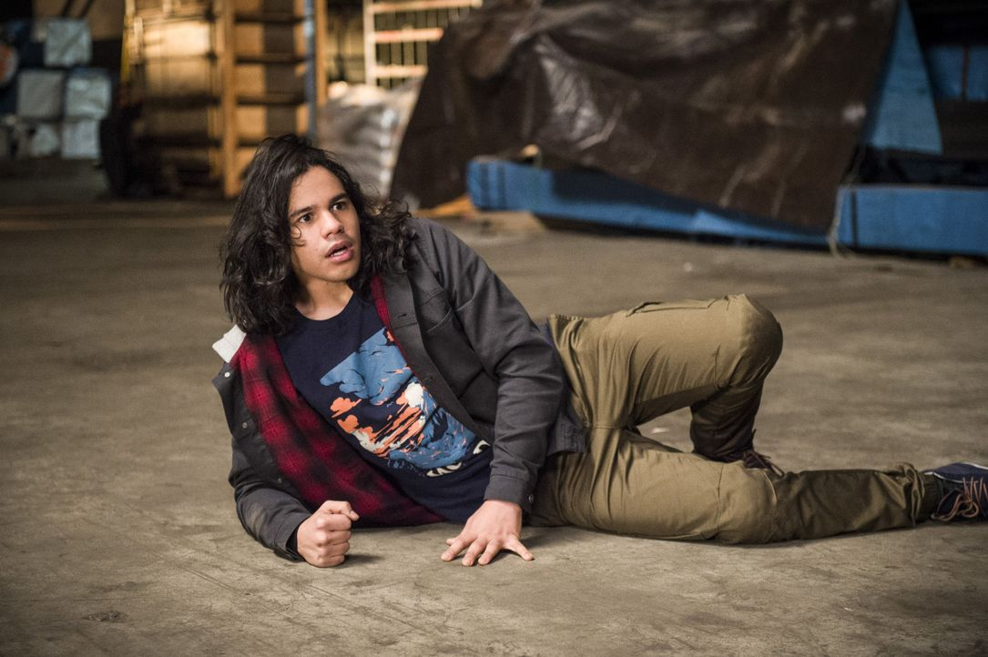 Während Cisco (Carlos Valdes) und Barry ihre Mission in der zweiten Welt versuchen zu erfüllen, bekommen Jay, Catilin und Joe in Central City einige... - Bildquelle: Warner Bros. Entertainment, Inc.