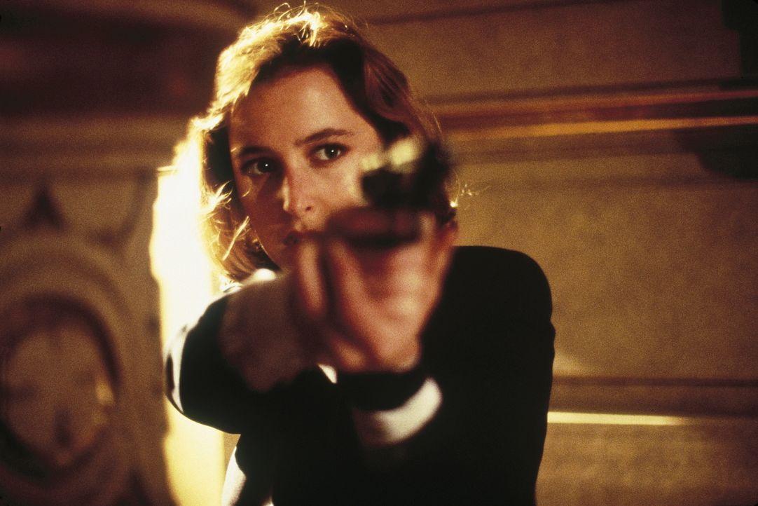 Die Ermittlungen führen Scully (Gillian Anderson) und Mulder zu einem zwielichtigen Arzt, der im Gefängniskrankenhaus illegale Experimente mit Gefan... - Bildquelle: TM +   Twentieth Century Fox Film Corporation. All Rights Reserved.