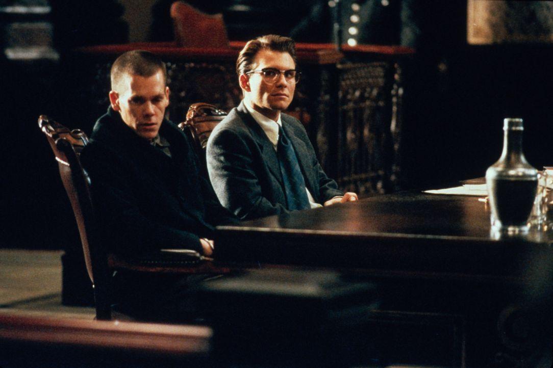 James Stamphill (Christian Slater, r.) wendet den Fall des Häftlings Henri Young (Kevin Bacon, l.) zur Überraschung der Behörden zum Politikum ... - Bildquelle: Warner Bros.