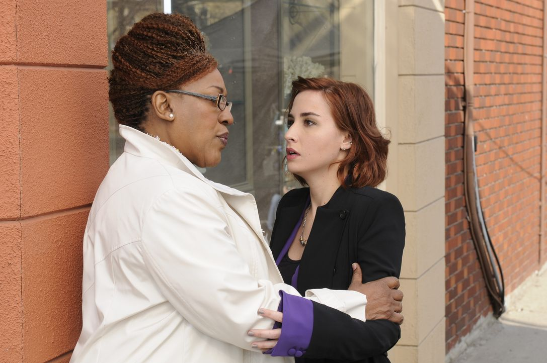 Mrs. Frederic (CCH Pounder, l.); Claudia Donovan (Allison Scagliotti, r.) - Bildquelle: Steve Wilkie 2012 Universal Network Television LLC. ALL RIGHTS RESERVED. / Steve Wilkie