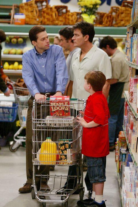 Charlie (Charlie Sheen, M.), der seinen Neffen nicht missen will, gewährt Alan (Jon Cryer, l.) und Jake (Angus T. Jones, r.) erneut Asyl. Von nun a... - Bildquelle: Warner Brothers Entertainment Inc.