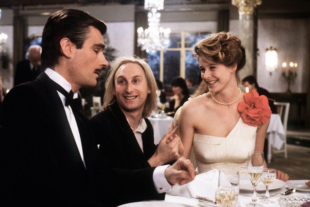 Natürlich verliebt sich Otto (Otto Waalkes, M.) sofort in die hübsche Silvia (Jessika Cardinahl, r.). Doch zu allem Unglück ist sie bereits mit dem... - Bildquelle: Wolfgang Jahnke Tobis Filmkunst
