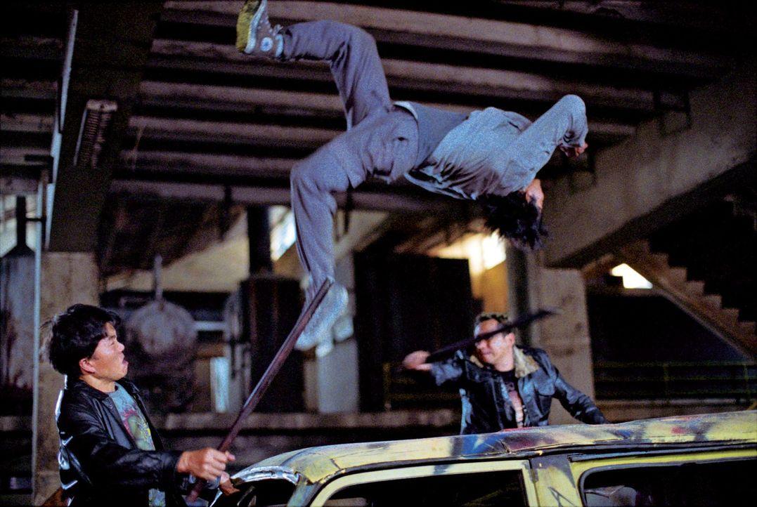 Wenn es um körperliche Beherrschung und Kampfkunst geht, macht Kham (Tony Jaa, M.) so schnell niemand etwas vor. Doch seine Gegner verfügen über ein... - Bildquelle: e-m-s the DVD-Company