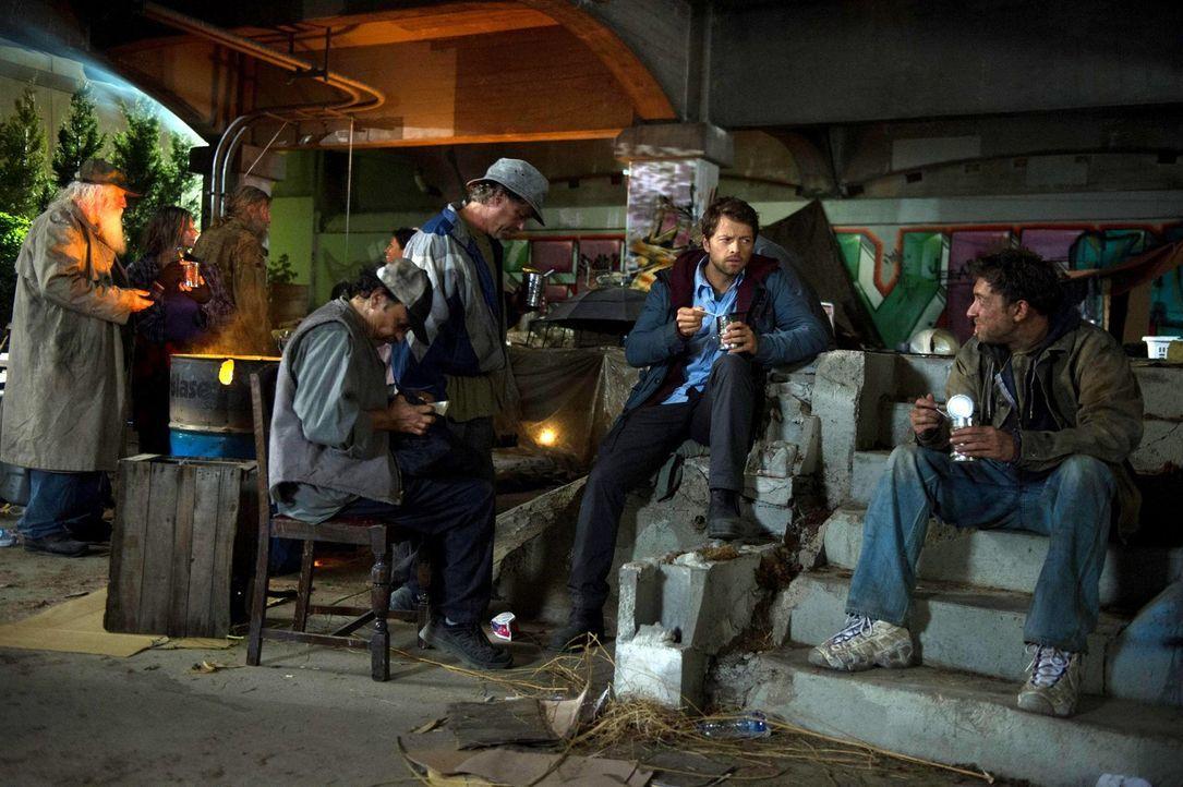 Als Obdachloser versucht Castiel (Misha Collins, 2.v.r.), zu lernen, was es heißt ein Mensch zu sein und lernt einige hilfsbereite Menschen, wie Vag... - Bildquelle: 2013 Warner Brothers