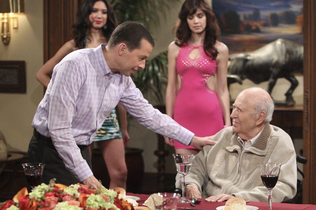Alan (Jon Cryer, l.) gibt alles, um den Junggesellenabschied von Marty (Carl Reiner, r.) zu einem unvergesslichen Erlebnis werden zu lassen ... - Bildquelle: Warner Brothers Entertainment Inc.