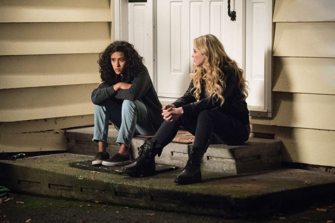Kaia (Yadira Guevara-Prip, l.); Claire (Kathryn Newton, r.) - Bildquelle: Dean Buscher 2017 The CW Network, LLC. All Rights Reserved / Dean Buscher