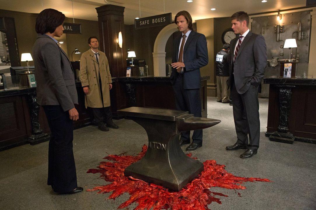 Nachdem bereits zwei Tode wie im Cartoon erscheinen, müssen sich Dean (Jensen Ackles, r.), Sam (Jared Padalecki, 2.v.r.), Cas (Misha Collins, 2.v.l.... - Bildquelle: Warner Bros. Television